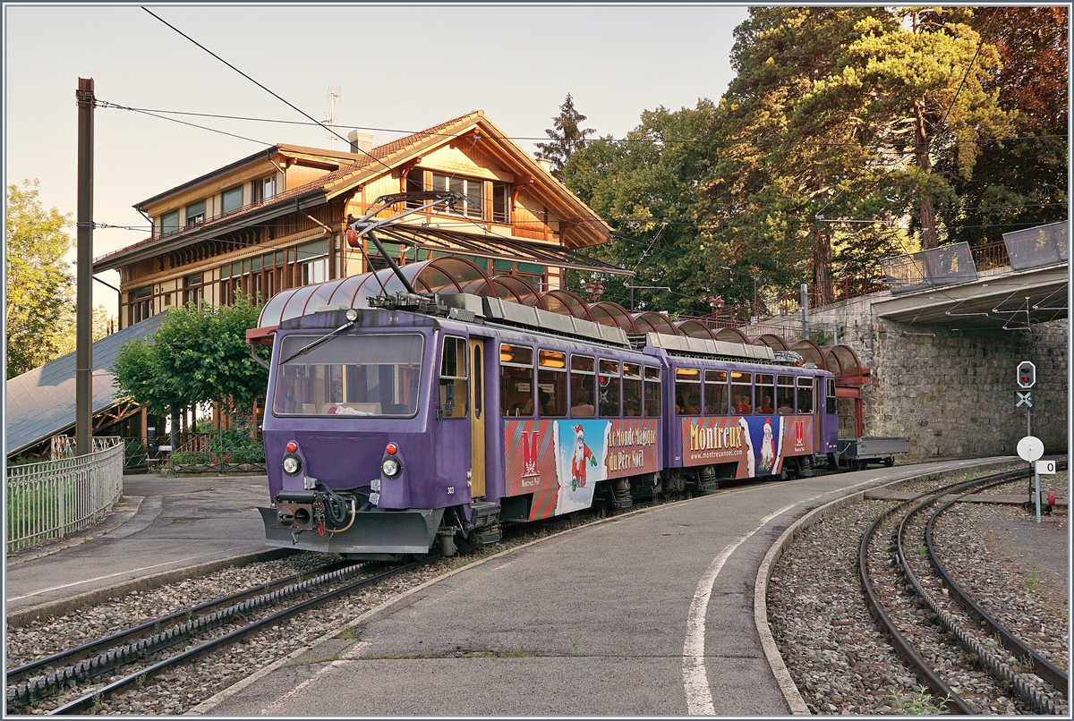 Der Rochers de Naye Bhe4/8 303 beim Halt in Glion.
