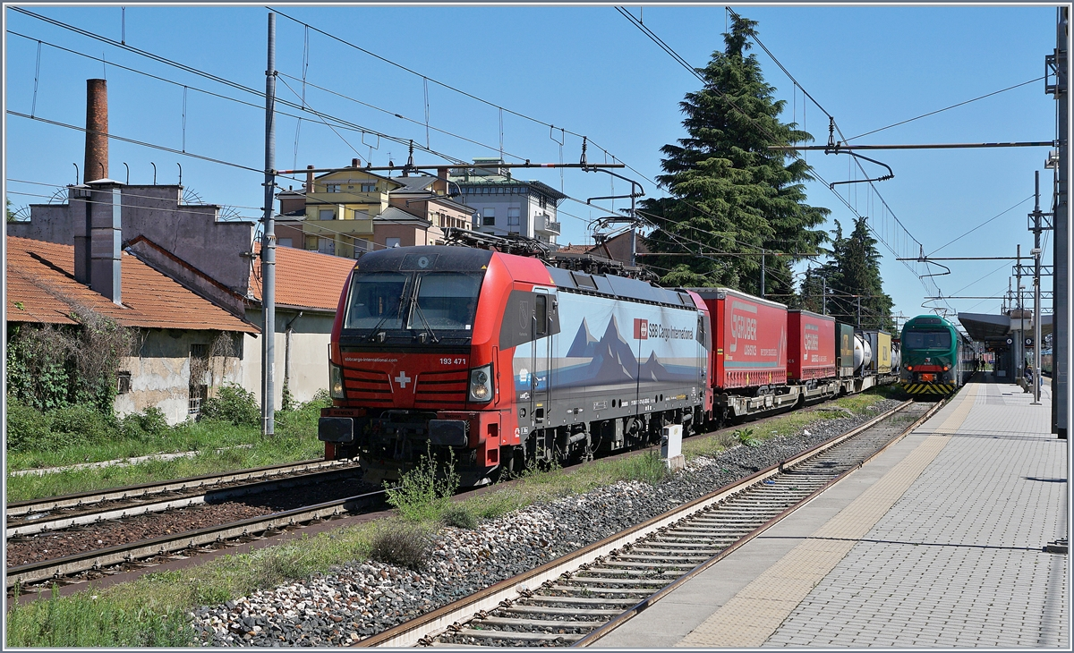 Die SBB International  Re 475 471  Karlsruhe  (UIC 91 806193 471-0 D-SIEAG) mit einem langen Güterzug in Gallarate. 