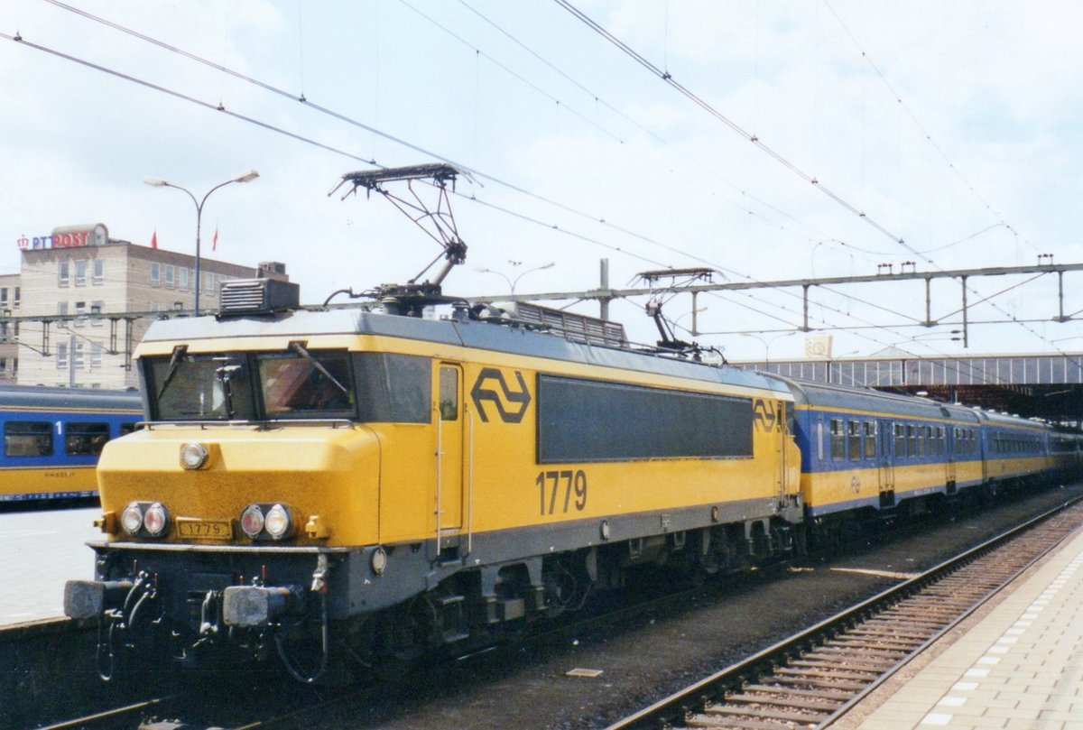 NS 1779 steht am 13 Juni 2002 in Den Haag CS.
