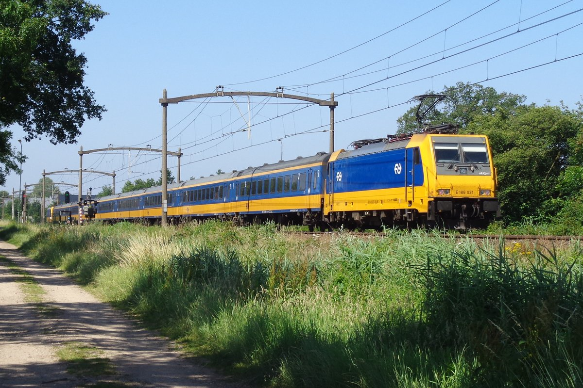 NS 186 021 schiebt ein IC-Direct durch Oisterwijk am 28 Juni 2019.