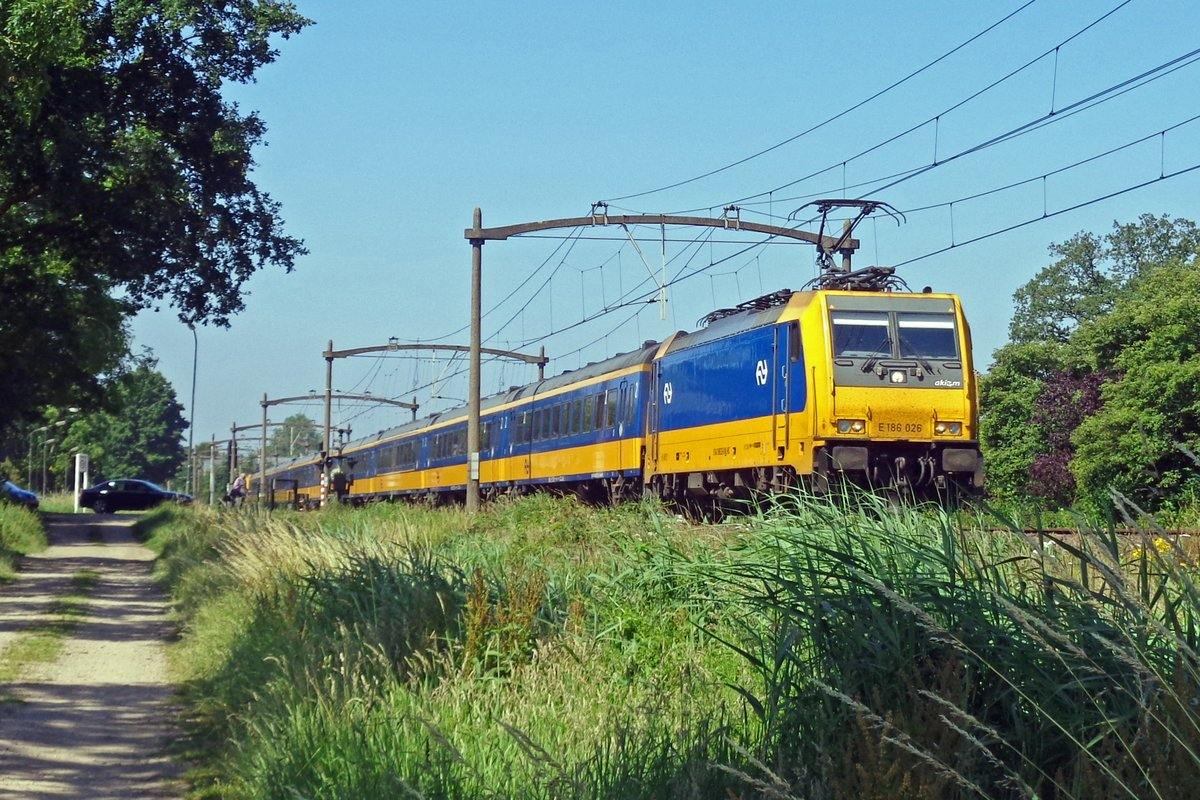 NS 186 026 schleppt ein IC-Direct durch Oisterwijk am 28 Juni 2019.