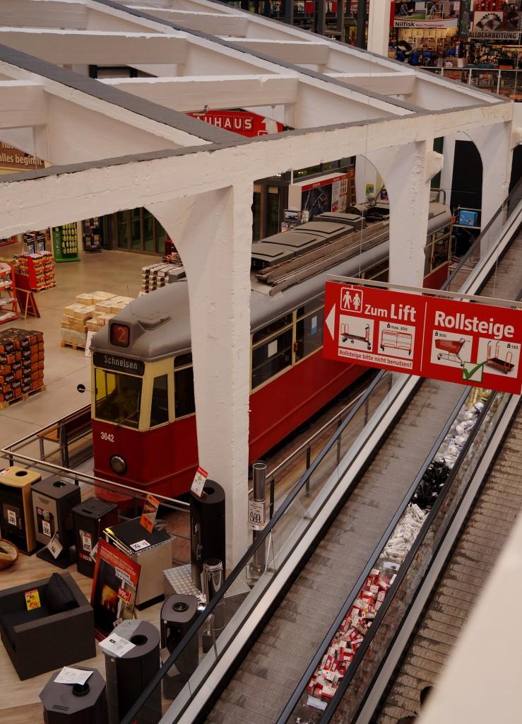 strassenbahn hamburg hamburgs letzter strassenbahn triebwagen v6e 3642 in einer bauhaus filiale. Black Bedroom Furniture Sets. Home Design Ideas