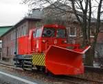 Winterdienstfahrzeuge/175015/schneepflug-ba-851-fabr-beilhack-der Schneepflug BA 851 (Fabr. Beilhack) der DB Netz AG, Schweres Nebenfahrzeug 40 80 947 5 181-0, hier am 26.11.2011 abgestellt in Siegen-Eintracht.  Nach den Stationierungen in Kreuztal und in Weidenau ist der Siegener Schneepflug nun dauerhaft im Bahnhof Eintracht der Kreisbahn Siegen-Wittgenstein (KSW) geparkt. Auch wird das Fahrzeug mit den Diesellokomotiven der KSW eingesetzt - denn die Schneepflüge haben keinen eigenen Antrieb und müssen daher immer von einer Lok geschoben werden.  Der bisher in Gelb lackierte Siegener Schneepflug wurde 1977 bei der Maschinenfabrik Beilhack in Rosenheim gefertigt. Das zweiachsige Gerät verfügt über einen sogenannten Innenpflug in Form eines festen Dreieckpfluges mit beidseitigem Auswurf. Von diesem Typ (Bauart 851) sowie einer Schwesterbauart sind insgesamt 13 Exemplare im Einsatz. Mit diesen  Fahrzeugen können Räumfahrten mit einer maximalen Geschwindigkeit von 50 km/h durchgeführt werden.