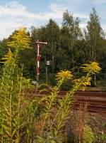 """Formsignale/178258/form-hauptsignal-hier-auf-hp-8222halt8220 Form-Hauptsignal hier auf Hp 0 """"Halt!"""" und davor Schutzsignale (Speersignal) hier auf Sh 0  """"Halt! Fahrverbot!"""" , am 17.08.2011 in Herdorf."""