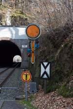 Formsignale/178970/form--vorsignal-dieses-zeigt-vr (Form-) Vorsignal: Dieses zeigt Vr 0 - Halt erwarten! (Eine gelbe Scheibe mit weißem Rand, ein vorhandender gelber Pfeil zeigt nach unten, für Nachts zwei gelbe Lichter, nach rechts oben steigend. Rechts unten  die Vorsignaltafel (Ne 2 ). Die Vorsignaltafel zeigt dem Lokführer, daß das Signal, vor dem sie steht, Vorsignalfunktion hat, d.h., den Begriff eines nachfolgenden Hauptsignales vorankündigt.  Aufnahme hinter den Herdorfer Tunnel am 04.02.2012