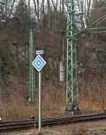 Formsignale/180412/signal-el-6-halt-fuer-fahrzeuge Signal EL 6: Halt für Fahrzeuge mit angehobenen Stromabnehmer. Der Pfeil darüber zeigt, es gilt für den Abzweig nach rechts. Hier am 12.02.2012 in Betzdorf/Sieg.