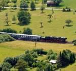BR 52/178650/blick-von-der-burg-koenigsteintaunus-am  Blick von der Burg Königstein/Taunus am 16.06.2011: Die 52 4867 der Historische Eisenbahn Frankfurt (HEF) kommt mit Sonderzug von Frankfurt-Höchst und ist schon hinter Kelkheim, nun fährt sie hinauf nach Königstein/Taunus. Hier war am Pfingsten 2011 Bahnhofsfest.