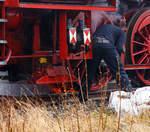 BR 52/531732/beim-bahnhof-luetzel-wurde-die-52  Beim Bahnhof Lützel wurde die 52 1360-8 bzw. 52 360  (90 80 0052 360-9 D-HEV) vom Verein zur Förderung des Eisenbahnmuseums Vienenburg e.V.  am 11.12.2016 erst entschlackt, bevor sie hier später Wasser fasste. Für das Entschlacken wurden zuvor Blechwannen ins Gleis gelegt, die Lok fuhr darüber so das Schlacke bzw. Asche in die Wanne fiel. Später wurde die kalte Schlacke dann in Säcke gefüllt.