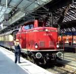 br-212-db-v10020/173021/212-007-9-v10020-mit-historische-rheingoldwagen 212 007-9 (V100.20) mit historische Rheingoldwagen auf  Sonderfahrten 'Rund um Köln' ist am 14.08.2010  in den Hauptbahnhof Köln eingefahren. Der Anlass war die Museumstage im Rheinisches Industriebahn-Museum (RIM) in Köln.
