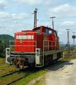 br-294-v-90/283071/die-294-743-0-v90-remotorisiert-ex Die 294 743-0 (V90 remotorisiert), ex DB 290 243-5, der der DB Schenker Rail am 10.07.2013, bei der Arbeit am Ablaufberg in Kreuztal.  Die V90 wurde 1971 bei MaK in Kiel unter der Fabriknummer 1000551 gebaut und als 290 243-5 an die DB geliefert und wurde 1994 in 290 243-1 um bezeichnet. 1997 erfolgte der Umbau mit Funkfernsteuerung und die Umzeichnung in 294 243-1.  Die Remotorisierung mit einem MTU-Motor 8V 4000 R41, Einbau  einer neuen Lüfteranlage, neuer Luftpresser und Ausrüstung mit dem Umlaufgeländer erfolgten 2004 bei der DB Fahrzeuginstandhaltung GmbH im Werk Cottbus. Daraufhin erfolgte die Umzeichnung in 294 743-0.  Die kompl. NVR-Nummer 98 80 3294 743-0 D-DB bekam sie dann 2007.  Die Baureihe 290 wurde für den schweren Rangierdienst, sowie für Bedien- und Übergabefahrten konzipiert. Die Lok ist eine Weiterentwicklung aus den Streckenlokomotiven der Baureihenfamilie V100 (BR 211 und BR 212) der Deutschen Bundesbahn. Die V90 ist gegenüber der V100 deutlich schwerer und robuster im Rangierdienst. Ursprünglich war geplant, für den schweren Rangierdienst eine ballastierte Variante der V 100 mit verstärktem Rahmen zu beschaffen, die Fahrzeugauslegung war dafür aber nicht geeignet (die Achslast ließ sich so nicht auf die geforderten 20 t erhöhen).   Nachdem ab dem Jahr 1964 die Vorserienmaschinen (20 Stück) mit dem kleineren Motor der BR 211 von Mak ausgeliefert wurden, begann ab 1966 die Auslieferung der ersten Serienmaschinen. Unterschied zu den Vorserienloks ist der etwas stärkere (gedrosselte) MTU MB 12 V 652 TZ (TA) 10 Motor (809 kW/1100 PS) der BR 212 und der damit um 10 km/h auf 80 km/h heraufgesetzten Höchstgeschwindigkeit. Insgesamt wurden 408 Loks ausgeliefert. Die remotorisiert Maschinen haben nun einen MTU DM 8V 4000 R41 Motor mit 1000 kW/1360 PS Leistung bei 1800 U/min, sie erfüllen die Abgasnorm UIC Kodex 624V, Stufe II.  Technische Daten:  Achsanordnung: B'B' Spurweite: 1.435 mm Länge über Puff
