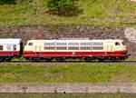 br-103-e-03/609501/dampfspektakel-2018---die-103-113-7  Dampfspektakel 2018 - Die 103 113-7 (91 80 6103 113-7 D-DB) vom DB-Museums in Koblenz mit ihrem kurzem TEE (Trans Europ Express) Trier - Wittlich - Koblenz, fährt am 28.04.2018 zwischen Kattenes und Löf in Richtung Koblenz.