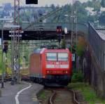 br-185-traxx-f140-ac1/174433/die-db-185-046-6-faehrt-am Die DB 185 046-6 fährt am 05.08.2006 durch den Hbf Siegen