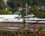 ice-1-br-401-mit-802-bis-804/174881/kurz-vor-der-einfahrt-mit-der Kurz vor der Einfahrt mit der zb in Interlaken Ost am 02.Okt.2011, Blick auf einen abgestellten ICE 1 'Zürich' (401 574-9) der DB AG.