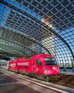 eurocity-zuge-ec/602605/die-pkp-intercity-eu-44-husarz  Die PKP Intercity EU 44 'Husarz - Husar'  5 370 001 (91 51 5370 010-8 PL-PKPIC 1251), eine Siemens ES64U4-D, hat am 27.06.2017, mit dem EIC 17003 / EC 44  'Warszawa-Berlin-Express', den Hauptbahnhof Berlin erreicht.  Das Bild hat für uns aber auch einen Beigeschmack: Mit über 2 Stunden Verspätung sind wir von Warschau in Berlin Hbf eingetroffen.... Die Verspätung lag aber nicht an der polnischen Seite, bis Rzepin (deutsch Reppen) waren wir pünktlich. Im Bahnhof Rzepin mussten dann aber über 2 Stunden warten, Grund dafür war das wir ohne den zusätzlich deutschen Lokführer nicht weiterfahren konnten, da auf den bald folgenden deutschen Gleisen ein deutscher Lokführer mit auf der Lok sein muss. Dies lag daran das der Gegenzug (der EC 45 'Berlin-Warszawa-Express') wegen Stellwerksstörung in Berlin verspätet in Rzepin ankam, von welchen der deutsche Lokführer auf die Lok des EC 44 wechselte.  ...nun hieß es Ersatzverbindung nach Köln finden das war nicht schwer, dort kamen wir um kurz vor Eins an. Aber unser Endziel war Betzdorf und der letzte fährt in der Woche um 23:23 Uhr. Also zum Schalter und wir bekamen, nach dem vorlegen  unseres Tickets einen Taxischein. So hat uns dann ein TAXI nach Hause gefahren.