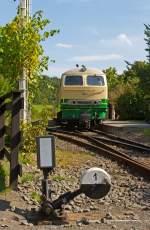 Brohltalbahn/285210/die-schmalspur-1000mm-diesellok-d5-ex Die schmalspur (1000mm) Diesellok D5 (ex FEVE 1405) der Brohltalbahn steht am 18.08.2011 im Bf Engeln mit ihrem Zug für die Rückfahrt bereit.   Die Lok wurde 1966 unter der Fabriknummer 31004 B'B' 1966 Henschel  gebaut. Sie hat eine Leistung von 1.200 PS und eine Bauart B-B. Im Jahr 1998 kam die Lok von Spanien ins Brohltal.