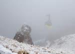 wendelstein-seilbahn/533661/in-den-wolkendie-gondel-1-der  In den Wolken....... Die Gondel 1 der Wendelstein-Seilbahn fährt nun von Bergstation 932 m hinab zur Talstation in  Bayrischzell-Osterhofen. Während hier oben am 28.12.2016 im Nebel minus 6 Grad Celsius sind, ist es im Tal wärmer und klar.
