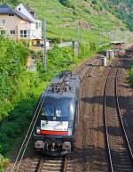 kbs-690-moselstrecke/350625/die-mrce-dispolok-es-64-u2-098  Die MRCE Dispolok ES 64 U2-098 182 598-3 fährt am 22.06.2014 als Lokzug (solo), auf der Moselstrecke (KBS 690), durch Kattenes in Richtung Trier.   Die Taurus wurde 2002 von Siemens Krauss-Maffei in München unter Fabriknummer  20787 gebaut, sie trägt die NVR-Nummer 91 80 6182 589-3 D-DISPO und die EBA-Nummer EBA 00M09F 004.             Die elektrische Zweisystemlokomotive aus der Euro-Sprinter-Familie zweiter Generation nutzt beide in Europa üblichen Wechselstromsysteme und ist derzeit eine der modernsten und leistungsstärksten Lokomotiven für den europäischen Personen- und Güterverkehr. Speziell die als Bosporus-Sprinter ausgelegte Variante der ES 64 U2 ist eine echte Bereicherung im europäischen Schienenverkehr und ermöglicht eine durchgängige Fahrt von Hamburg bis an die türkische Grenze – ohne Wechsel der Lokomotive.  Zulassungen für folgende Länder sind erteilt:  Deutschland, Österreich, Schweiz, Ungarn, Rumänien, Bulgarien. Hier auf diesem Bild sieht man deutlich (hinten) den dritten schmaleren Stromabnehmer für die Schweiz.   Die Hersteller-Bezeichnung ES64 ist die Abkürzung von EuroSprinter zusammen mit den ersten beiden Ziffern der Nennleistung (6.400 kW). Die Bezeichnung U steht für Universallok.  Technische Daten: Spurweite: 1.435 mm Achsanordnung: Bo`Bo` Länge über Puffer: 19.280 mm Drehzapfenabstand: 9.900 mm Drehgestellachsstand: 3.000 mm Laufdurchmesser (neu): 1.150 mm kleinster befahrbarer Krümmungsradius: 120 m Dienstgewicht: 86 t Leistung max. ('Booster'): 7000 kW (9520 PS) Dauerleistung: 6400 kW (8704 PS) max. elektrische Bremskraft: 150 kN (15t) Oberspannungen/Frequenz: 15 kV / 16 2/3Hz und 25 kV 50 Hz Höchstgeschwindigkeit 230 km/h Anfahrzugkraft 300 kN Bauart der Bremsen:  KE-GPR-E mZ (D) (ep) Antrieb:  Kardan-Gummiringfederantrieb elektr. Antrieb:  4 Stück Drehstrom- Asynchron