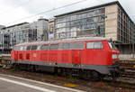 DB Fernverkehr AG/530865/die-218-833-2-ex-218-383-8  Die 218 833-2 (ex 218 383-8) der DB Fernverkehr AG ist am 17.06.2016 ist beim Stuttgart abgestellt, an die Schraubkupplung kann auch eine ICE-Abschleppkupplung gehangen werden.  Die V 164 wurde 1975 bei Henschel in Kassel unter der Fabriknummer 31841 gebaut und als 218 383-8 an die Deutsche Bundesbahn geliefert. Im November 2005 erfolgte der Umbau zur Schlepplok und Umzeichnung in 218 833-2 (NVR-Nr. 9280 1 218 833-2 D-DB)  Technische Daten: Achsformel: B'B' Spurweite: 1.435 mm Länge: 16.400 mm Gewicht: 80 Tonnen Radsatzfahrmasse: 20,0 Tonnen Höchstgeschwindigkeit: 140 km/h Motor: Wassergekühlter V 12 Zylinder Viertakt MTU - Dieselmotor vom Typ 12 V 956 TB 11 (abgasoptimiert ) mit Direkteinspritzung und Abgasturboaufladung mit Ladeluftkühlung Motorleistung: 2.800 PS (2.060 kW) bei 1500 U/min Getriebe: MTU-Getriebe K 252 SUBB (mit 2 hydraulische Drehmomentwandler) Leistungsübertragung: hydraulisch Tankinhalt: 3.150 l  Einige Lokomotiven, wie diese hier, der Baureihe 218 wurden zu Schlepploks für liegengebliebene oder schadfällig gewordene ICE -Züge auf den Neubaustrecken Köln-Rhein/Main und Nürnberg-Ingolstadt umgebaut. Diese Loks sind als Baureihe 218.8 bei der DB Fernverkehr AG eingestellt. Diese Lokomotiven wurden für Schleppzwecke mit Übergangskupplungen Typ Scharfenberg ausgerüstet.