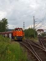 ksw-kreisbahn-siegen-wittgenstein-ehem-siegener-kreisbahn/177897/lok-45-mak-g-1204-bb Lok 45 (MaK G 1204 BB) der  Kreisbahn Siegen-Wittgenstein (KSW) mit Güterzug kommt am 16.08.2011 in Kreuztal von der KSW-Gleisanlge und fährt aufs DB Gleis ein.