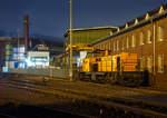 ksw-kreisbahn-siegen-wittgenstein-ehem-siegener-kreisbahn/531364/die-272-008-0-bzw-lok-41  Die 272 008-0 bzw. Lok 41 (eine MaK DE 1002) der Kreisbahn Siegen-Wittgenstein (KSW) ist am 09.12.2016 in Siegen-Eintracht abgestellt.  Die DE 1002 wurde 1988 bei MaK unter der Fabriknummer 1000832 gebaut und an die HEG - Hersfelder Eisenbahn GmbH als 832 geliefert. Nach Einstellung des Bahnbetriebes der HEG ging sie konzernintern an HLB - Hessische Landesbahn GmbH Lok 832 und 1996 wurde sie an die frühere Siegener Kreisbahn GmbH als Lok 41 verkauft, die heute als Kreisbahn Siegen-Wittgenstein firmiert. Die Lok hat heute die NVR-Nummer 98 80 0272 008-0 D-KSW und die EBA 02B20K 001. Gegenüber den 16 Loks dieses Typs der HGK hat diese Lok einen MTU 12V396TC13 Motor mit 1.120 kW (1.523 PS) Leistung. Die Leistungsübertragung erfolgt einen Generator auf 4 elektrische (Drehstrom) Fahrmotoren. Generator und die Fahrmotoren sind von BBC (heute ABB).  Weitere Technische Daten : Spurweite: 1.435 mm Achsfolge: Bo´Bo´ Länge über Puffer: 13.000 mm kleinster befahrbarer Gleisbogen: 60 m Dienstgewicht: 90 t Kraftstoffvorrat: 2.900 l Höchstgeschwindigkeit 90 km/h