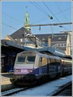 bb-26000-sybic/178545/entgegen-unseren-befuerchtungen-nur-noch-orange Entgegen unseren Befürchtungen nur noch orange farbene Loks vor dem IC 91 Vauban in Luxemburg zu sehen, war heute (01.02.2012) eine von Stefans Lieblings-Sybics zu Gast. Eine von den sechs BB 26000 im schönen 'en voyage' Design zog heute den IC Vauban von Luxembourg nach Basel. Insgesamt gibt es 234 Loks dieses Typs bei der SNCF und sie lösten zum Fahrplanwechsel am 12.12.2011 die Loks der Série BB 15000 (nez cassés) vor der beiden Intercitys 90/91 Vauban und 96/97 Iris ab.   Hier noch einige Informatinen zu der SNCF Série BB 26000: Die SYBIC ist vornehmlich aus Stahl gefertigt und besitzt aufgrund ihres futuristisch-kantigen Designs eine sehr eigene Erscheinung. Besonders bemerkenswert mit Blick auf ihre Konstruktion ist die Tatsache, dass sie, wie bereits einige frühere französische E-Loks, so genannte Monomoteur-Drehgestelle besitzt, in denen jeweils nur ein großer Fahrmotor über eine nachgeschaltete Getriebeeinheit alle Achsen des jeweiligen Drehgestells antreibt. Die Zugkraftübertragung zwischen Lokkasten und Drehgestellen erfolgt über tief liegende Zug- und Druckstangen, während die Primärfederung auf Schraubenfedern und die Sekundärfederung auf Gummi-Stahl-Blöcken beruht. Die Kraftübertragung vom jeweiligen Fahrmotor bzw. vom Verteilergetriebe auf die Radsätze erfolgt über Hohlwellen-Gummiringfeder-Antriebe.   Im elektrischen Teil kommen bei der SYBIC auf GTO-Thyristoren basierende Traktionsstromrichter zur Anwendung, welche flüssigkeitsgekühlt sind. Diese arbeiten mit einer Zwischenkreisspannung von 1,5 kV Gleichstrom und können somit während des Betriebs im französischen Gleichstromnetz ohne weiteres direkt aus der Oberleitung gespeist werden. Im Wechselstromnetz ist ihnen der Haupttransformator vorgeschaltet.   Auf dem Dach sind zwei unterschiedliche Stromabnehmer angebracht, jeweils einer für Gleichstrom (mit vier Schleifleisten) und Wechselstrom (mit zwei Schleifleisten). Für die Bedie