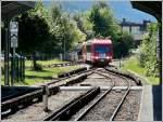 ligne-de-savoie-st-gervais-chamonix-le-chatelard/174083/der-triebzug-z-855-des-mont Der Triebzug Z 855 des Mont Blanc Express kommt aus St-Gervais-Le-Fayet und fährt am 03.08.08 in den Bahnhof von Chamonix-Mont-Blanc ein. Diese Meterspurbahn wurde am 01.07.1908 offiziell eingeweiht. Sie verläuft einspurig und die Züge werden über eine Stromschiene mit 850 V Gleichstrom versorgt. Dieses System erweist sich als robuster im Fall von Lawinenabgängen, Umfallen von Bäumen und großem Frost. Da diese dreiteiligen Triebzüge über keine Zahnstange verfügen, können sie nur bis nach Le Châtelard Frontière an der Grenze zur Schweiz fahren. Stefan dürfte seine Freude an diesem Bild haben, gibt es doch eine ganze Menge Infrastruktur zu entdecken. (Hans)