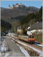 personenzuege-rb-re-ir-ic/179827/die-burg-bourscheid-thront-hoch-ueber Die Burg Bourscheid thront hoch über dem Geschehen unten im Sauertal, als der Triebzug Z 2014 als leicht verspätete RB 3210 nach Wiltz am 10.02.2012 durch Michelau braust. (Jeanny)
