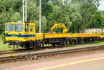 verschiebene/601937/der-zntk-stargard-wm-15-nr-122  Der ZNTK Stargard WM-15 NR 122  (99 51 9 483 022-1 PL PLK), ein Gleiskraftwagen der PKP Polskie Linie Kolejowe S.A. (Betreiber der Eisenbahninfrastruktur Polens) ist am 27.06.2017, mit dem Gleiskraftwagenanhänger PWM-15 NR-187 (99 51 9 559 064-2 PL PLK), beim Bahnhof Rzepin / Polen (deutsch Reppen) abgestellt.   Der WM-15A hat eine nach zwei Seiten kippbare Ladeplattform in der Abmessung 6.100 mm x 2.600 mm, mit  8 m³ Fassungsvermögen bzw. für 15 t Nutzlast. Er ist mit einem hydraulischen Kran mit einer Tragkraft von bis zu 1,5 t ausgestattet.  Von den Fahrzeugen wurden zwischen 1977 bis 1998 von ZNTK Stargard (Zakłady Naprawcze Taboru Kolejowego in Stargard in Pommern) 555 Fahrzeuge gebaut.   TECHNISCHE DATEN WM-15:  Spurweite: 1.435 mm  Anzahl der Achsen: 2  Länge über Puffer: 12.450 mm Breite: 2. 800 mm Höhe: 3.360 mm Achsabstand: 5.850 mm Raddurchmesser (neu):  920 mm Dienstgewicht : 20 t Motor: WSK Mielec 6-Zylinder-Dieselmotor vom Typ SW680 / 123 Nennleistung: 147 kW (200 PS) Höchstgeschwindigkeit:  80 km/h Bremsanlage: Oerlikon  TECHNISCHE DATEN des Wagen PWM-15 Spurweite: 1.435 mm  Anzahl der Achsen: 2  Länge über Puffer: 11.950 mm Achsabstand: 6.380 mm Höchstgeschwindigkeit:  70 km/h Nutzlast : 15 t
