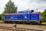 sm-42-fablok-ls800e/601817/die-sm42-616-98-51-8-620  Die SM42-616 (98 51 8 620 817-1 PL PKPIC) eine Fablok 6Da (Typ Ls800E) der PKP Intercity steht am 25.06.2017 beim Hauptbahnhof Posen (Poznań Główny).  Die Lok wurde 1973 von FABLOK in Chrzanów unter der Fabriknummer 8772 gebaut.  Mit der Absicht veraltete Rangier- und Güterzugdampfloks zu ersetzen, ließ die PKP (Polskie Koleje Państwowe, deutsch Polnische Staatsbahnen) eine Diesellok mittlerer Leistung als SM 42 entwickeln. Die Konstruktion war 1962 fertiggestellt, einen ersten Prototyp hatte Fablok in Chrzanów im Juni 1964 fertiggestellt. Der Antrieb der Lok erfolgte durch einen aufgeladenen HCP Achtzylinder-Dieselmotor vom Typ a8C22, welcher den Hauptgenerator vom Typ LSPA-740 antreibt, der wiederum die vier elektrischen Gleichstromfahrmotore speist.  Der Prototyp (die SM42-001) absolvierte zunächst umfangreiche Probeeinsätze. Zwei weitere Maschinen (SM42-002 und 003) mit sehr geringfügigen Änderungen folgten im März 1965. Weitere 20 Loks wurden noch im gleichen Jahr geliefert. Die eigentliche Serienproduktion begann 1967 und endete erst 1993 nach 1.856 Loks, davon gingen allein 1.153 Maschinen an die PKP.   Angesichts des langen Produktionszeitraumes gab es nur wenige Änderungen. Die wichtigste ist der Ersatz der LSa-430 Fahrmotoren durch die vom Typ LSF-430 an der SM42-521. Zwar ist die SM42 keine besonders fortschrittliche Lok, doch erwies sie sich als solide und erfolgreiche Konstruktion.  Heute gibt es noch weitere Varianten (SP42 und SU42) sowie Modernisierungen (6Dg, 6Dk), aber die hier ist eine SM42 bzw. Fablok 6Da, Model Ls800E.  TECHNISCHE DATEN:  Spurweite: 1.435 mm (Normalspur) Achsanordnung: BoBo Länge über Puffer 14.240 mm Drehzapfenabstand: 7.500 mm Achsabstand im Drehgestell: 2.600 mm Breite: 3.173 mm Höhe: 4.400 mm  Treibraddurchmesser  (neu): 1.100 mm Dienstgewicht: 72 t Tankinhalt: 2.815 l  Motor: HCP Achtzylinder-Dieselmotor vom Typ a8C22 Nennleistung: 588 kW (800 PS)  Nenndrehzahl: 1000 1/mi