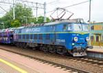 et-22-pafawag-201e-2/601942/die-et22-936-91-51-3-150  Die ET22-936 (91 51 3 150 261-8 PL-PKPC 2151) eine Pafawag 201E der PKP Cargo erreicht am 27.06.2017 mit einem Autozug Rzepin / Polen (deutsch Reppen).  Die Lok wurde 1985 von Pafawag in Wrocław (Breslau), ehemals Linke-Hofmann-Werke LHW, unter der Fabriknummer 201E-937 gebaut.  Für den stark wachsenden Güterverkehr benötigten die PKP Mitte der 1960er Jahre dringend eine neue zeitgemäße Maschine, denn weder die EU20 noch die ET21 besaßen das Potential für modernere Varianten. 1966 wurden die Bedingungen für die neue Güterzuglok definiert, zunächst mit dem Hintergedanken, eine Universallok mit einer Höchstgeschwindigkeit von 125 km/h zu schaffen, welche sich auch für schwere Reisezüge eignete. Technisch gesehen übernahm die neue Maschine diverse Konstruktionsmerkmale von der EU07 wie z.B. die Fahrmotoren, Primär- und Sekundärfederung und noch viele andere Details. Pafawag in Breslau baute und lieferte schließlich im November 1969 mit der ET22-001einen ersten Prototypen, gefolgt von der ET22-002 im nächsten Februar. Ausgiebige Testfahrten brachten zufriedenstellende Ergebnisse und so rollten 1971 die nächsten zehn ET22 aus den Werkshallen. Die Loks besaßen sechs Tatzlagermotoren   des bewährten Typs EE541 und waren so aufgrund ihrer Leistung inder Lage, schwere Güterzüge von bis zu 3.150 t mit 70 km/h zu ziehen. Güterzüge mit bis zu 2.700 t Anhängelast konnten sogar mit 80 km/h befördert werden. Ebenfalls kein Problem bildeten Reisezüge mit bis zu 700 t Anhängelast bei der Maximalgeschwindigkeit von 125 km/h. Im Vergleich zu den ET21 garantierten die ET22 eine fast fünfzigprozentige Erhöhung von Nennleistung und Zugkraft und so stand einer extensiven Beschaffung nichts mehr im Wege. Bis 1990 wurden insgesamt  1.183  Loks  geliefert, womit sich die ET22 für die meistgebauten Ellok in Polen und sogar in Europa qualifizierte. Doch die ersten Maschinen besaßen auch einige Schwachstellen, denn sie waren u.a. anfällig fü