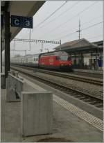 Re 460/176165/re-460-008-6-mit-einem-ic Re 460 008-6 mit einem IC in der diffusen Banklandschaft Schweiz.  Sissach, den 6 Nov 2011