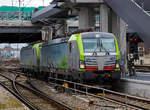 re-475-siemens-vectron-ms/593327/in-doppeltraktion-erreichen-zwei-siemens-vectron  In Doppeltraktion erreichen zwei Siemens Vectron MS der BLS Cargo, die BLS Cargo 407 (91 85 4475 407-3 CH-BLSC) und die BLS Cargo 406 (91 85 4475 406-5 CH-BLSC) am 28.12.2017 den Bahnhof Weil am Rhein, hier werden sie einen Güterzug übernehmen und weiter in Richtung Süden ziehen.   Beide Vectron MS wurden 2017 von Siemens gebaut, die BLS 406 unter der Fabriknummer 22067und die BLS 407 unter der Fabriknummer 22068. Sie haben die Zulassungen (200km/h Höchstgeschwindigkeit) für die Schweiz, Deutschland, Österreich, Italien und die Niederlade.   Die Entwicklung der Siemens Lokomotive Vectron basiert auf den Erfahrungen der erfolgreichen EuroSprinter beziehungsweise deren Weiterentwicklung Siemens ES 2007 (NMBS/SNCB-Reihe 18/19) ersetzt. Ausgereifte und bewährte Technik ist mit Flexibilität und Modularität kombiniert. Die Vectron Lokomotive ist für die vielfältigsten Verkehrsaufgaben konzipiert. Ob im nationalen oder grenzüberschreitenden Verkehr, ob im Personen- oder Güterverkehr. Es werden vier elektrische Versionen und eine dieselelektrische Version der Lokomotivplattform angeboten. Die hier gezeigten Vectron Lokomotiven sind als MS – Lokomotiven (Mehrsystemlok mit 6.400 kW Leistung) konzipiert.  Die äußere Gestaltung der Vectron-Lokomotiven unterscheidet sich nur wenig von der der Siemens ES 2007; insbesondere wird das der Crashnorm entsprechende Kopfmodul bis auf einige Detailänderungen, etwa Rückblickkamera statt Seitenfenster, übernommen. Innen ist der neue Typ hingegen komplett anders aufgebaut. Der Maschinenraum besitzt im Gegensatz zur Bombardier TRAXX einen geraden Mittelgang, an dessen Seiten alle Komponenten einen festen Platz haben. In einem unter dem Boden verlaufenden Kanal verlaufen die Steuerleitungen und Druckluftrohre. Die Radsätze werden über gefederte Ritzel-Hohlwellen angetrieben.  Der Vectron unterstützt mit einer optimierten Systemauslegung und vielfältigen Funktio