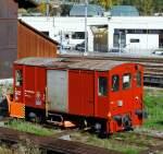 bob-berner-oberland-bahn/174882/schneepflugwagen-9592-802-4-der-bls-am Schneepflugwagen (9592 802-4) der BLS am 02.10.2011 in Interlaken Ost, vor dem Depot der Ballenberg Dampfbahn. Aufnahme aus fahredem Zug.