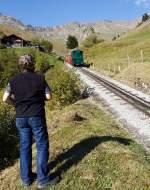 BRB Brienz Rothornbahn/175374/ein-fotograf-wartet-auf-den-richtigen Ein Fotograf wartet auf den richtigen Moment......die Heizöl befeuerte BRB 14 am 01.10.2011 vor die Linse zu bekommen und abzudrücken, hier kurz vor der Mittelstation Planalb.