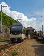 mob-montreuxa8211berner-oberland-bahn/612073/der-mob-regional-nach-montbovon-r  Der MOB Regional nach Montbovon (R 2228) erreicht am 19.05.2018 den kleinen Bahnhof Chamby. Der Zugzielanzeiger zeigt zwar Zweisimmen an, aber zwischen Montbovon und Chateau-d'Oex geht es zurzeit nur mit dem Bus (SEV) weiter.   Der Zug besteht hier aus dem ALPINA 9201 bzw. Be 4/4 9201, dazwischen zwei normalen (konventionellen) Personenwagen  und am Schluss den ALPINA 9301 bzw. ABe 4/4 9301.  Die vier von Stadler 2016 gebauten MOB Alpina-Triebzüge ABe 8/8 9000 sind modular einsetzbar. Ein Triebzug besteht jeweils aus einem Be 4/4 9200er und einem ABe 4/4 9300er Triebwagen. So können sie (wie hier mit 2) mit bis zu neun (hier 2) bestehenden Zwischenwagen ergänzt werden.   Die MOB (Montreux–Berner Oberland-Bahn) bestellt Ende 2013 diese Triebzüge bei Stadler Rail, da die ABDe 8/8 Doppeltriebwagen der Serie 4000, die lange Zeit das Rückgrat der Zugförderung auf der Strecke Montreux – Zweisimmen waren, an der Leistungsgrenze waren um den Bedürfnissen des Verkehrs gerecht zu werden. Auch die Geschwindigkeit und Beschleunigung sind unzureichend. Die neuen Triebwagen können sowohl für die Traktion von schwere Züge (bis zu 9 Wagons), sowie für Solofahrten außerhalb der Hauptverkehrszeiten, was ihre optimale Nutzung mit bis zu vier Umläufen zwischen Montreux und Zweisimmen ermöglicht. Diese dynamischen und zeitgemäßen Züge sind einladend und komfortabel für Reisende (obwohl wir wohl lieber die ABDe 8/8 4000 sehen würden). Sie reagieren technologisch auf schwierige Betriebsbedingungen, aber auch auf Erwartungen Kunden (Reisende).  Technische Merkmale: -Wagenkasten aus Aluminium-Strangpressprofile für eine höhere Lebensdauer und leichtere Instandhaltung bei gleichzeitig geringerem Fahrzeuggewicht. -Luftgefederte Drehgestelle sorgen für noch mehr Komfort und eine verbesserte Laufruhe  -Mehrfachtraktion mit bis zu 3 Doppeltriebwagen -Rekuperationsbremse / dynamische und elektromagnetische Bremse -2 E