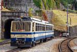 mvr-ex-mtgn---montreux---territet---glion---rochers-de-naye/586200/der-rocheres-de-naye-bhe-48  Der Rocheres de Naye Bhe 4/8 304 'La Tour-de-Peilz'  der Transports Montreux–Vevey–Riviera (MVR), ex Chemin de fer Glion–Rochers-de-Naye (GN), am 16.09.2017 abgestellt in Montreux.  Der Zahnradtriebwagen Beh 4/8 304 wurde 1992 von SLM (Schweizerischen Lokomotiv- und Maschinenfabrik) in Winterthur gebaut, der elektrische Ausrüstung wurde von Siemens (Werk Erlangen) geliefert.  Die Bhe 4/8 sind zweiteilige kurzgekuppelte elektrische Zahnrad-Doppeltriebwagen der Transports Montreux–Vevey–Riviera (MVR) und der Monte Generoso-Bahn (MG).  Die vier vorhandenen Triebwagen der Monte Generoso-Bahn wurden anlässlich der Elektrifizierung der Bahn 1982 angeschafft. Sie wurden von der Schweizerischen Lokomotiv- und Maschinenfabrik (SLM) in Winterthur hergestellt. Die elektrische Ausrüstung wurde von Siemens (Werk Erlangen) geliefert. Bei der Monte Generoso-Bahn sind die Triebwagen die einzigen elektrischen Fahrzeuge.  An die damalige Chemin de fer Glion–Rochers-de-Naye (GN) (heute Transports Montreux–Vevey–Riviera) wurden 1983 drei weitgehend baugleiche Triebwagen geliefert. Sie unterscheiden sich lediglich in Details des elektrischen und mechanischen Teils, da die Fahrleitungsspannung und das Kupplungssystems unterschiedlich sind. Der Triebwagen 304 wurde 1992 nachgeliefert, ein weiterer (305) wurde 2010 in den Werkstätten der Montreux-Berner Oberland-Bahn (MOB) in Chernex nachgebaut, und 2011 in Betrieb genommen. Bei den MVR Triebwagen wurden nachträglich Mehrfachsteuerung eingebaut, so können bis zu drei Triebwagen gekuppelt und gesteuert werde.  TECHNISCHE DATEN der MVR Bhe 4/8 (exGN): Achsformel:  2'Z 2'Z + 2'Z 2'Z Spurweite:  800 mm Länge über Puffer:  23.890 mm Dienstgewicht:  34 t Höchstgeschwindigkeit:  22 km/h Stundenleistung:  800 kW (1088 PS) Zahnradsystem:  Abt Stromsystem:  850 V DC Anzahl der Fahrmotoren: 4 Gefälle:  220 ‰ Sitzplätze:  96 Klassen:  2. Klasse