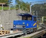 WAB Wengeralpbahn/174789/wab-lok-nr-32-eine-he-22 WAB Lok-Nr. 32 eine He 2/2 abgestell beim Bahnhof Lauterbrunnen am 02.10.2011. Die Lok wurde 1995 von Stadler,SLM und ABB gebaut, sie hat eine Höchstgeschwindigkeit von 22 km/h, L.ü.P. 5,75 m, Leergewicht 16 t und eine Leistung von 460 kW. Aufnahme aus fahrenden Zug der WAB.