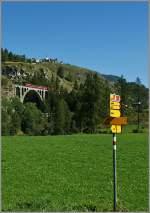 engadinerlinie-inntal-910-960/174814/eine-andere-variante-der-rhb-bei Eine andere Variante der 'RhB bei Guarda' mit Wegweisern. (11.09.2011)