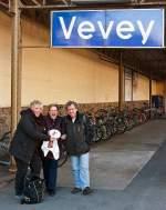 Sonstiges/183342/der-schwere-abschied-wird-uns-versuesst Der schwere Abschied wird uns versüsst, Danke. Am 26.02.2012 in Vevey am Bahnsteig, v.l. Margaretha, Christine und Stefan.