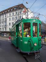 """strasenbahn-basel-bvb-blt/593624/das-historische-museumsfahrzeug-baujahr-1920-der  Das historische Museumsfahrzeug, Baujahr 1920, der Motorwagen Be 2/2 156 'zum Sod', ex BVB Rangierwagen Xe2/2 2018, ex (Basler Strassen-Bahnen) BStB Be 2/2 156 erreicht am 29.12.2017 den Barfüsserplatz (Basel).  Von diesen Wagen wurden 24 Stück (Nr.149 bis 172) zwischen 1919 und 1921 in zwei Serien von der Schweizerische Waggonfabrik Schlieren AB (SWS) gebaut und geliefert, wobei die elektrische Ausrüstung von der Brown Boveri in Baden (BBC) zugeliefert wurde. Die Wagen waren weitgehend baugleich mit der Vorgängerserie aus dem Jahre 1914, aber 10cm breiter und 5 cm länger. Die Motorwagen hatten wie ihre Vorgängerserie Magnetschienenbremsen sowie Quersitze mit umklappbaren Rückenlehnen. Die Wagen wurden im Laufe der Jahre kontinuierlich modernisiert. Alle Wagen erhielten um 1950 Brosekästen und halbautomatische Kupplungen.  Bis 1966 war die Serie vollzählig im Fahrplanverkehr eingesetzt. Die Wagen fuhren vorwiegend auf den Bruderholzlinien (5, 15, 16, 26), zuletzt auf den Linien 2 und 7. Die Wagen standen alle mehr als 50 Jahre lang im Einsatz!  Dieses Historische Museumsfahrzeug wurde 2010 durch die BVB-Werkstätte ins  """"Flair der Fünfziger"""" zurückgebaut und restauriert. Der Wagen diente zuletzt (zwischen 1972 und 2009) der BVB als Dienstwagen.  TECHNISCHE DATEN: Hersteller: Schweiz. Waggonfabrik Schlieren (SWS) elektrische Ausrüstung: Brown Boveri, Baden (BBC) Inbetriebnahme  1920 Spurweite: 1.000 mm Achsfolge:  A'A' Länge Kupplung:  9.480 mm Breite: 2.200 mm Höhe: 3.800 mm Achsabstand: 2.800 mm Treibraddurchmesser : 810 mm Gewicht: 13.600 Kg (ursprünglich ca. 13 t)  Sitz- / Stehplätze: 16 / 43 Höchstgeschwindigkeit: 30 Km/h Motoren:  2 BBC GTM 3a à 53 PS, ab ca. 1929 zwei GTM 3i à 66 PS und ca. 1932 bis heute 2 GTM 132 à 74 PS Bremsen: elektrische Widerstandsbremse; Zweikammer Druckluftbremse System Westinghouse; Handbremse (Kurbeln/Kettenzüge); Magnetschienenbremse; Einrichtungen fü"""
