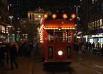 strassenbahn-zuerich-vbz-vbg/532627/vbz-mit-der-weihnachtsstrassenbahn-maerlitram-in VBZ: Mit der Weihnachtsstrassenbahn 'Märlitram' in Zürich unterwegs am 15. Dezember 2016. Foto: Walter Ruetsch